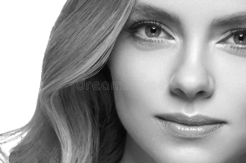 Primer rubio del retrato de la cara del headshot de la mujer blanco y negro fotos de archivo libres de regalías