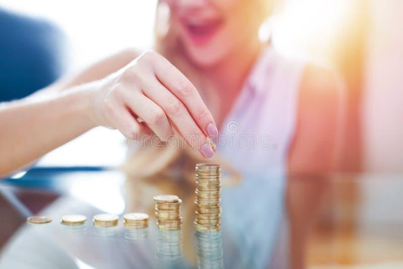 Primer rubio joven feliz de la columna del dinero del edificio de la mujer imagenes de archivo
