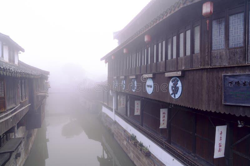 Primer salón de té de Jiangnan situado en el área comercial de la ciudad Shangai del agua de Xinchang imágenes de archivo libres de regalías