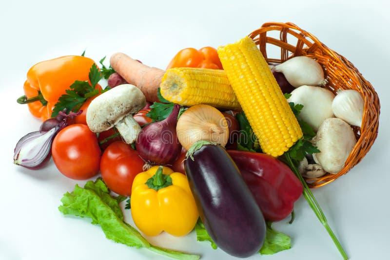 primer setas y una variedad de verduras frescas en una cesta de mimbre imagenes de archivo