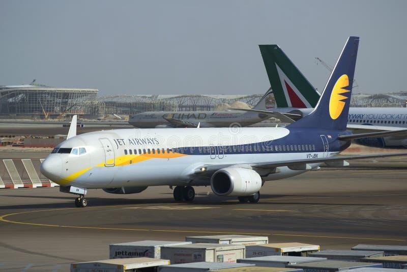 Primer siguiente de Jet Airways de las líneas aéreas de la GEN de Boeing 737 (VB-JBK) Aeropuerto de Abu Dhabi fotografía de archivo libre de regalías