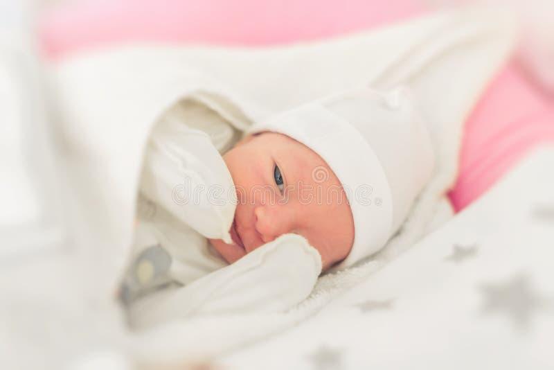 Primer soñoliento sonriente del bebé en una choza de bebé imágenes de archivo libres de regalías