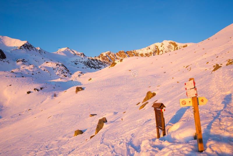 Primer sol que brilla intensamente las montañas imagenes de archivo