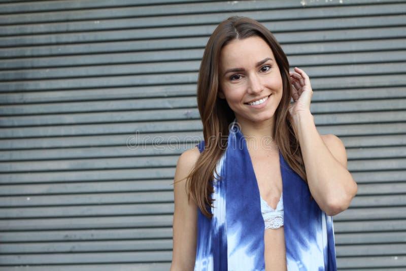 Primer sonriente de la muchacha bonita con el espacio de la copia fotos de archivo