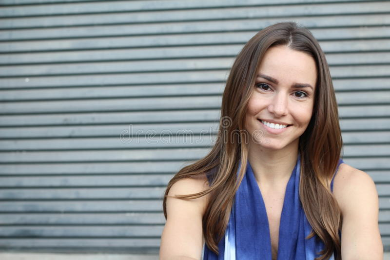 Primer sonriente de la muchacha bonita con el espacio de la copia imagen de archivo libre de regalías