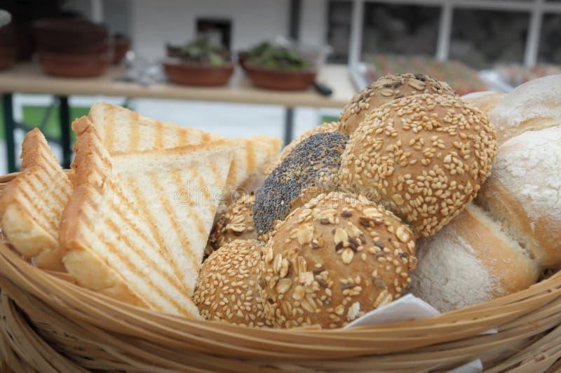 Primer tirado de diversos panes en una cesta de mimbre foto de archivo