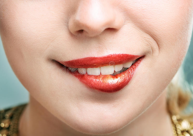 Primer tirado de los labios de la mujer fotos de archivo