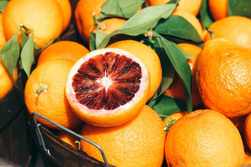Primer tirado de naranjas púrpuras raras en una cesta del metal fotografía de archivo libre de regalías