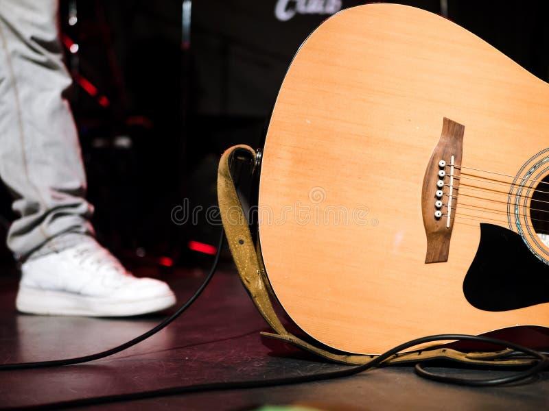 Primer tirado de una guitarra acústica en una etapa imagen de archivo libre de regalías