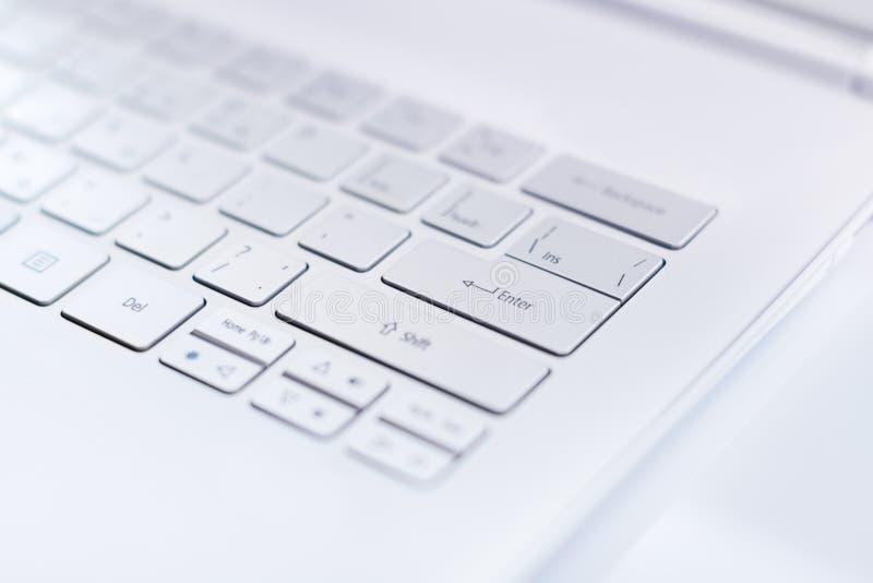 Primer ultra de un teclado moderno del libro. fotos de archivo