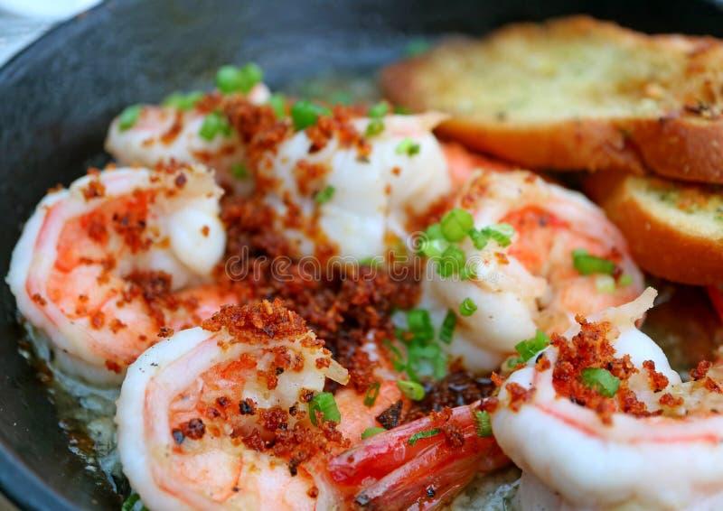 Primer un plato español tradicional del al Ajillo del camarón o de los espicanardos del ajo fotografía de archivo