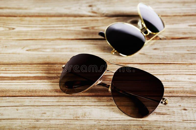 Primer unisex de dos gafas de sol en una opinión superior del fondo de madera imagen de archivo