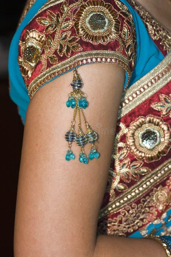 Primer vertical de las novias hindúes joyería y alineada imágenes de archivo libres de regalías