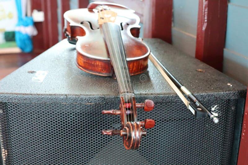 Primer, violín de madera viejo, estilo del vintage, aislamiento clásico del instrumento fotos de archivo libres de regalías