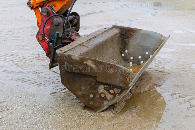 Primer y arena mojada, pausa del excavador del trabajo imagen de archivo libre de regalías