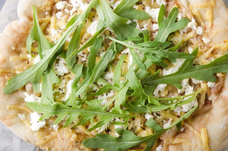 Primer y vista superior de la pizza vegetariana con los diferentes tipos de queso, de arugula, y de salsa fotografía de archivo libre de regalías