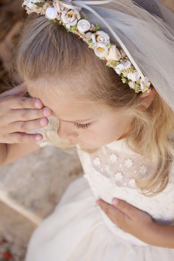 Primera comunión santa de la muchacha fotos de archivo
