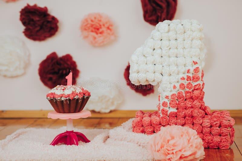 Primera fiesta de cumpleaños del bebé Foco en la torta con la vela imágenes de archivo libres de regalías