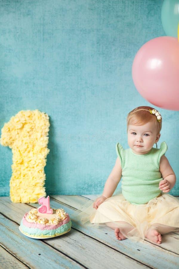 Primera fiesta de cumpleaños Niña linda fotografía de archivo libre de regalías