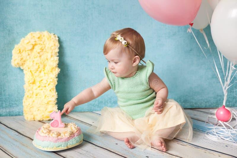 Primera fiesta de cumpleaños Niña linda fotografía de archivo