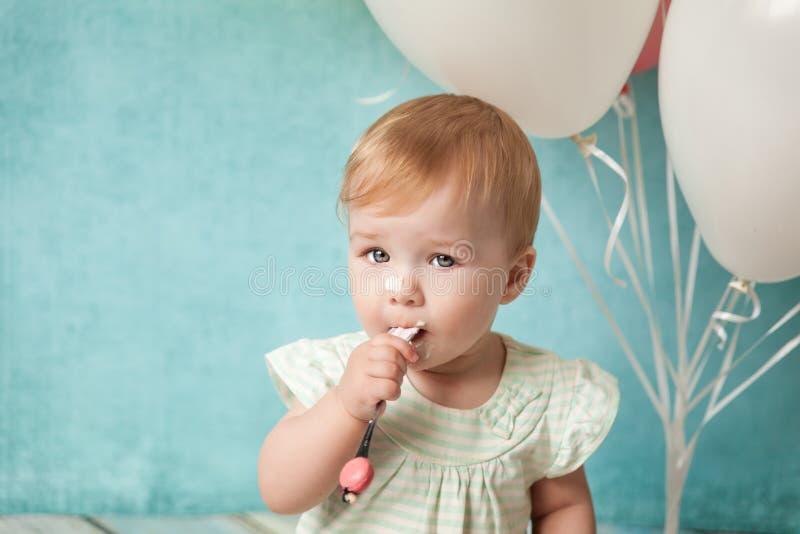 Primera fiesta de cumpleaños Niña linda imagen de archivo libre de regalías