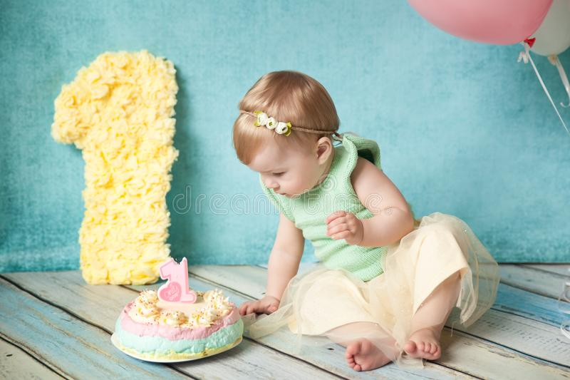 Primera fiesta de cumpleaños Niña linda foto de archivo libre de regalías