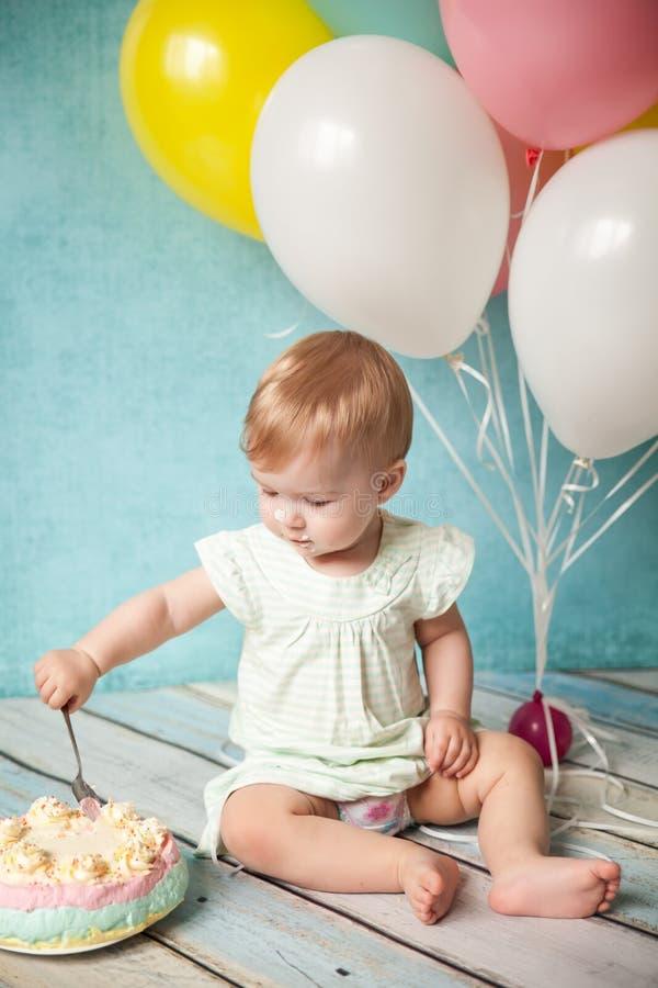 Primera fiesta de cumpleaños Niña linda imagen de archivo