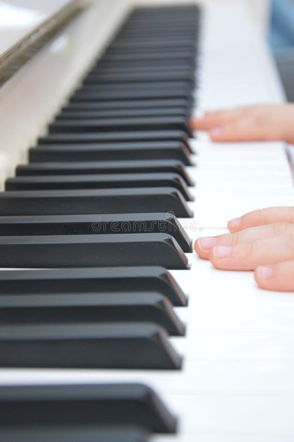 Primera lección en el piano para un niño joven imágenes de archivo libres de regalías