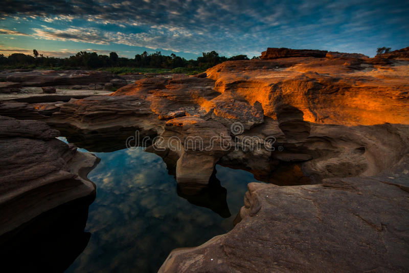 Primera luz de la tierra de la roca imagenes de archivo
