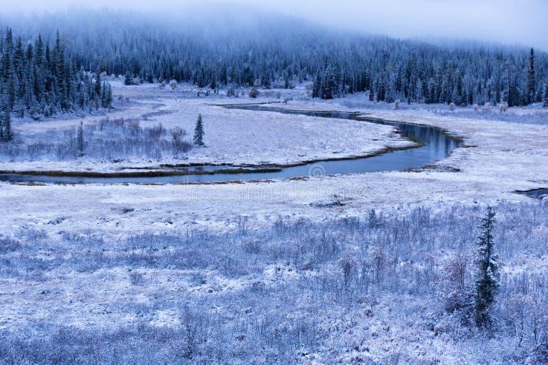 Primera nieve del otoño y el río en montañas imagen de archivo