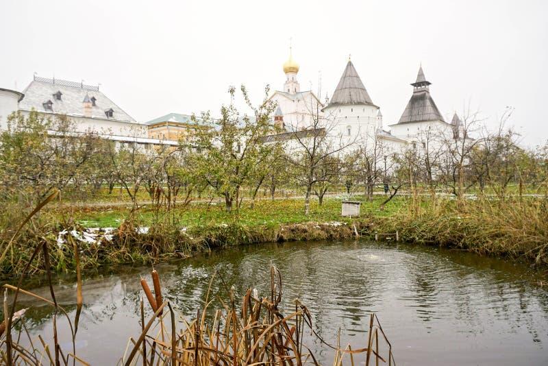 Primera nieve El Kremlin en Rostov el grande fotos de archivo