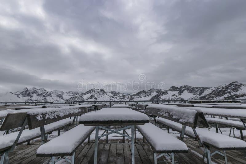 Primera nieve en las montañas imagen de archivo