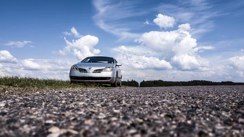 Primera p12 Nissan на дороге стоковая фотография
