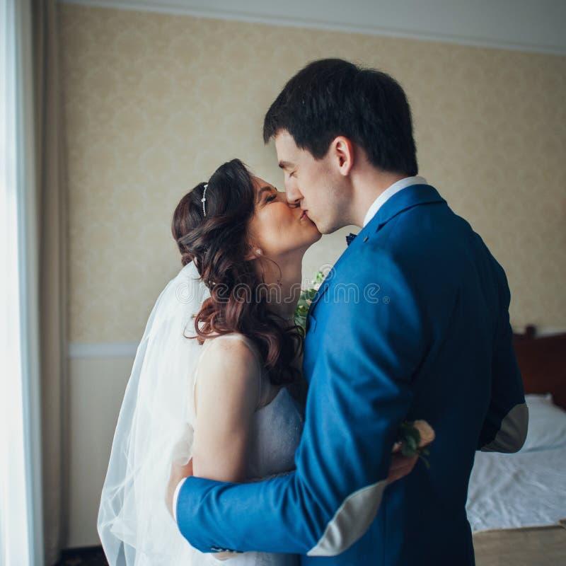 Primera reunión de la novia y del novio en el cuarto foto de archivo libre de regalías