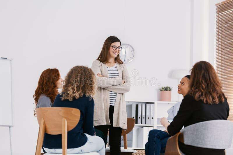 Primera reuni?n de la reuni?n del grupo de ayuda de los problemas de las mujeres, concepto de la terapia del grupo imágenes de archivo libres de regalías