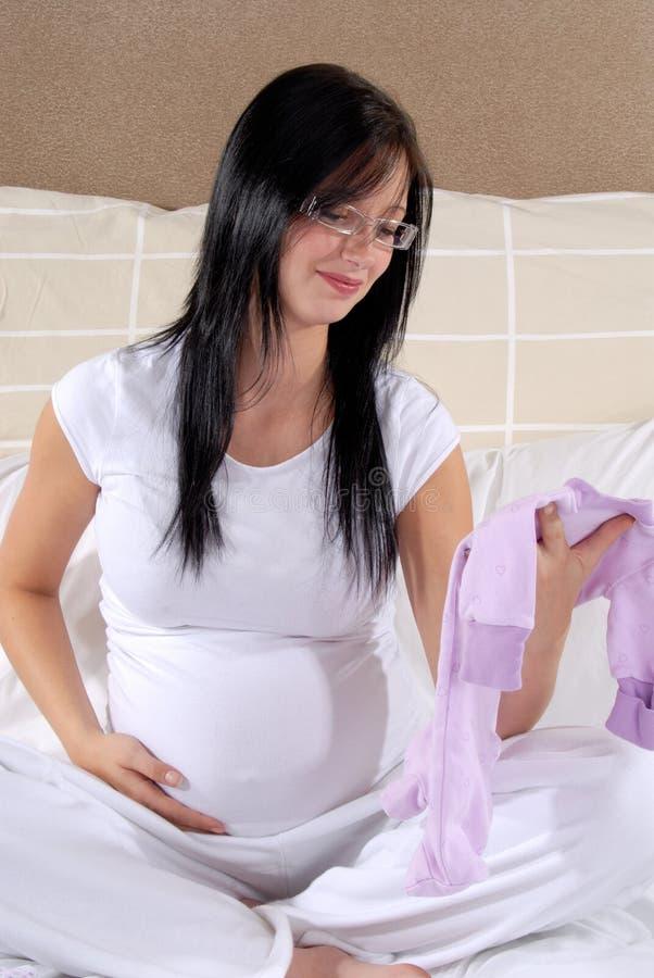 Primera ropa de los bebés imagenes de archivo