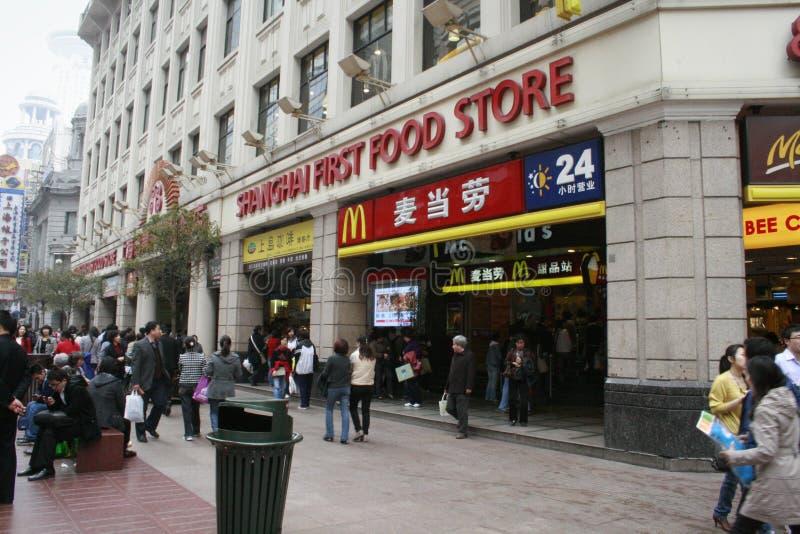 Primera tienda de alimentación y McDonalds de Shangai fotografía de archivo