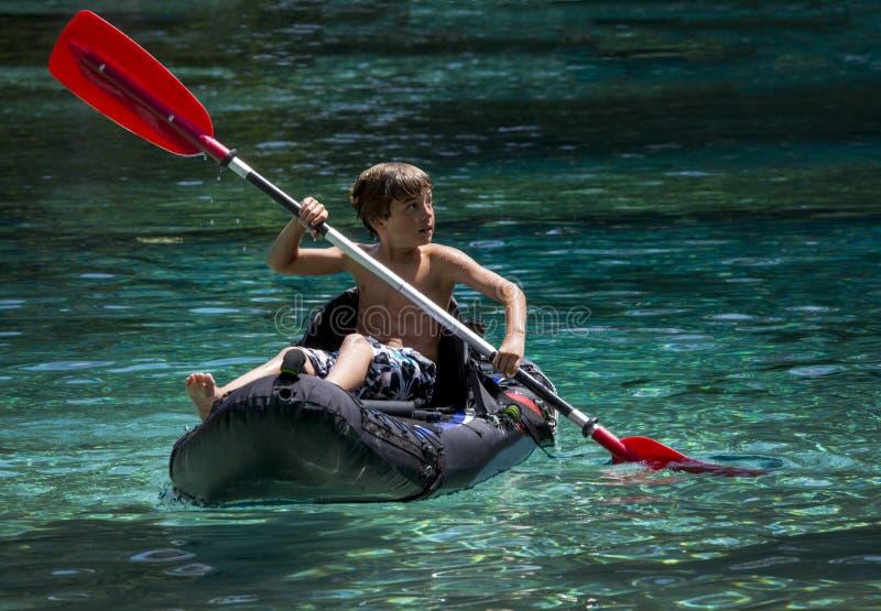 Primera vez del muchacho joven Kayaking imagenes de archivo