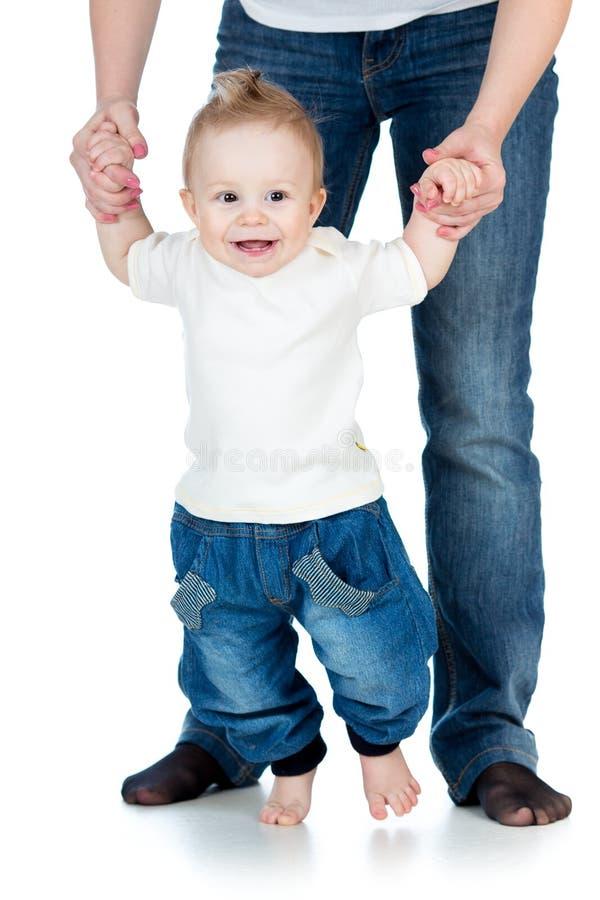 Primera vez feliz de los pasos de progresión de bebé aislada imagen de archivo