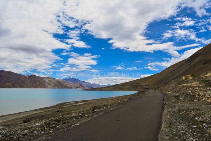 Primera vista del lago Pangong imagen de archivo