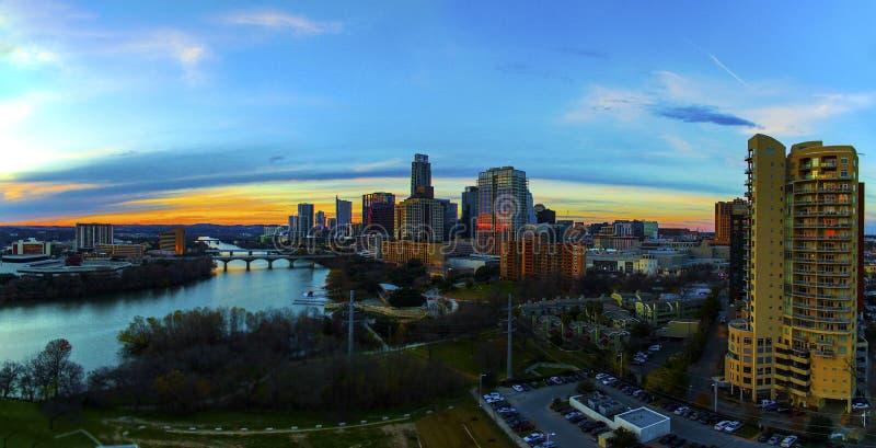 Primero plano alto Austin Texas Capital Cities Glowing de la propiedad horizontal de la puesta del sol aérea del horizonte ocupad fotos de archivo