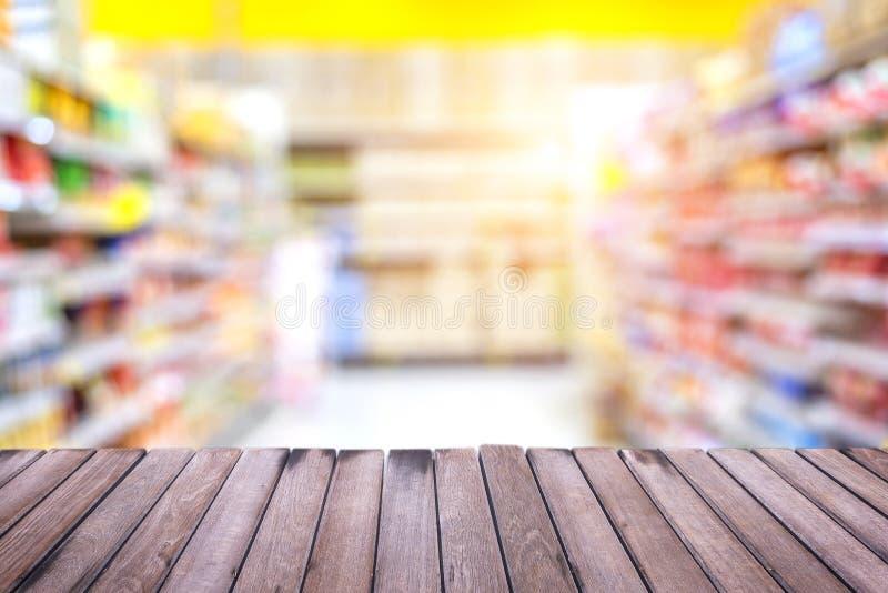 Primero plano de la tabla y fondo de madera de la falta de definición del supermercado imagen de archivo libre de regalías