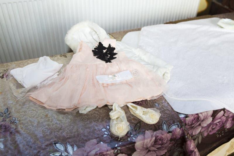 Primeros coágulos del bebé después del baño del bautismo imagenes de archivo