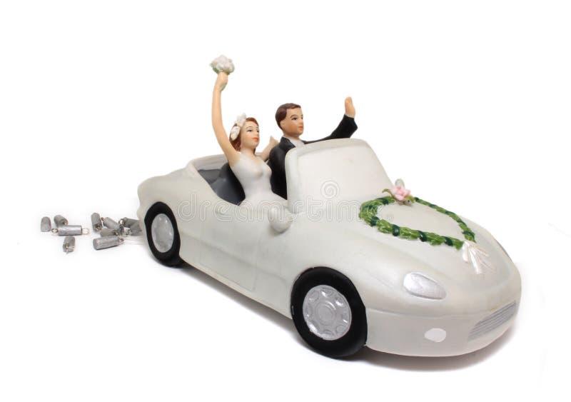 Primeros de la torta del coche de la boda imagen de archivo