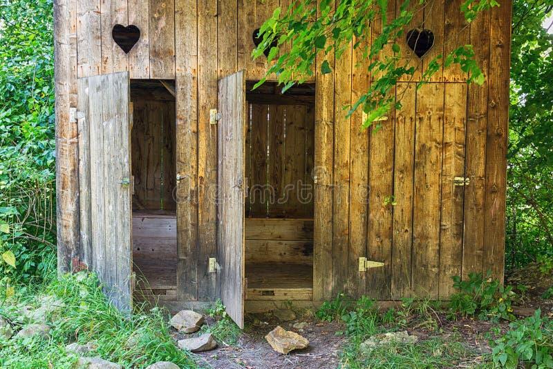 Primitiv utomhus- toalett arkivbilder
