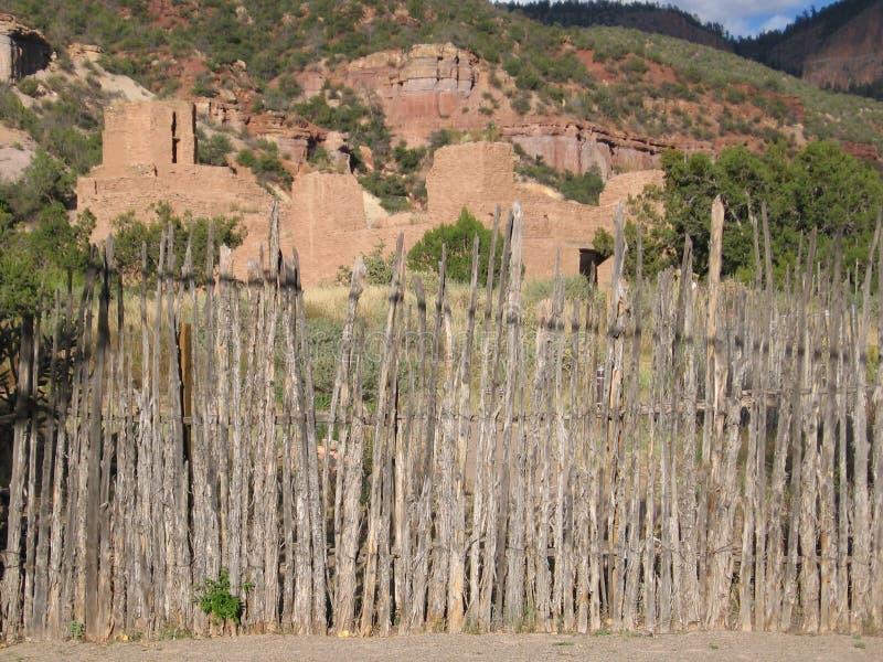 Primitivo da cerca do montanhês do adôbe de New mexico velho fotografia de stock