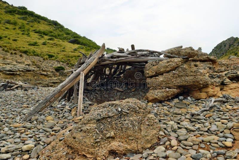 Primitivo um abrigo da cabana nas madeiras feitas do ramos ca?dos em Cala Figuera, Mallorca fotos de stock