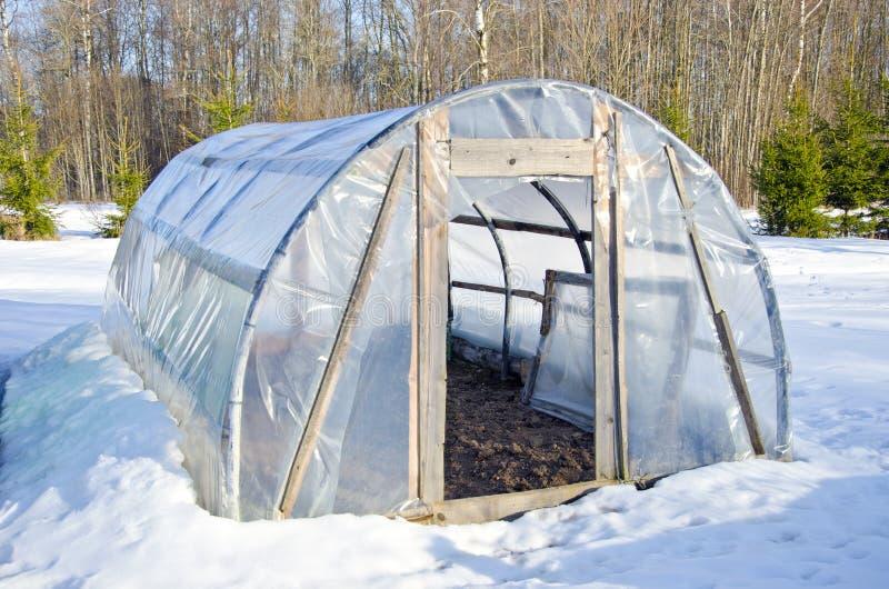 Primitivt handgjort växthus i vintertid på snow royaltyfria foton