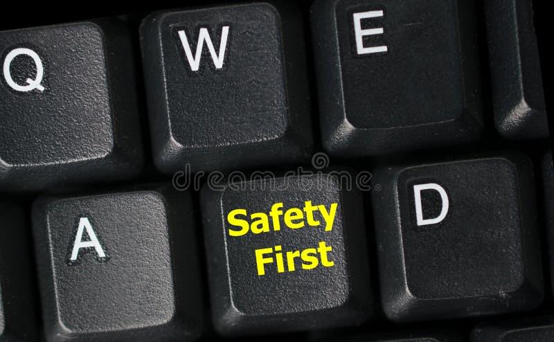 Primo concetto di sicurezza con la chiave gialla sulla tastiera di computer fotografia stock libera da diritti