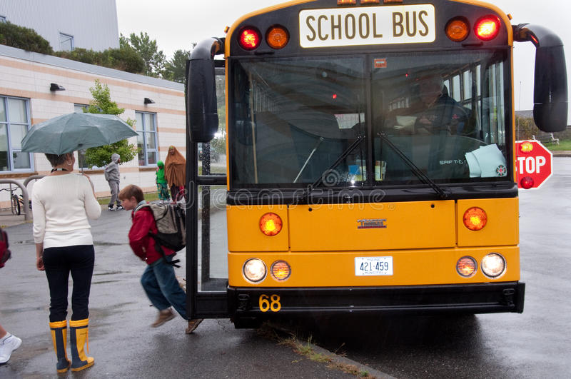Primo giorno dello scuolabus immagini stock